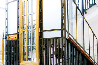 Osobní výtah ve schodišti, 8 osob, 7 stanic, Praha 1