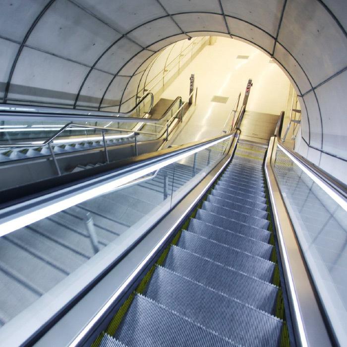 Eskalátory, pohyblivé chodníky a automatické dveře